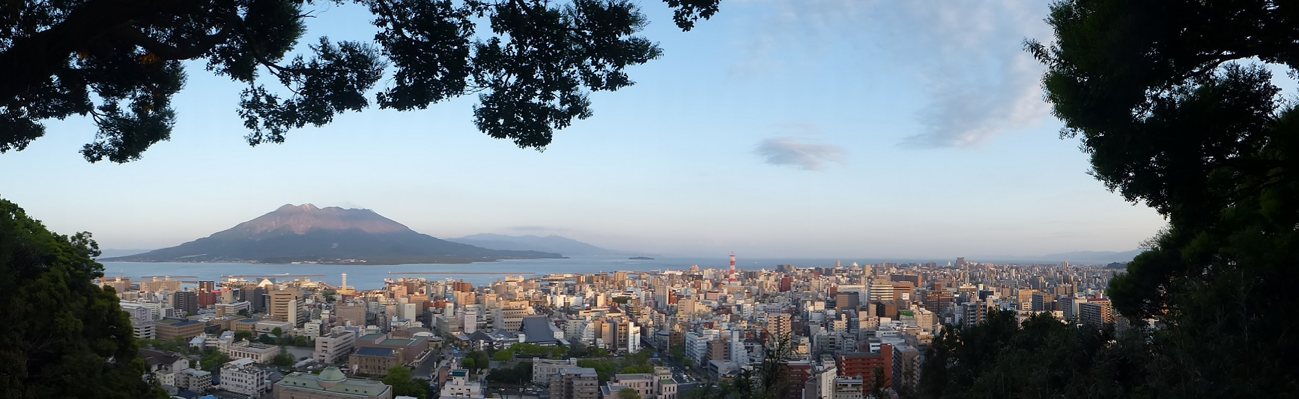 Ausblick über Kagoshima auf den aktiven Vulkan Sakurashima...